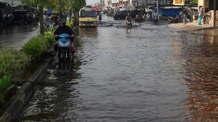 Pasang Keling Rendam Sejumlah Ruas Jalan di Dumai, Air sudah Masuk ke Dalam Rumah