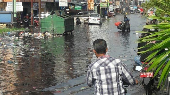 Sejumlah ruas jalan, dan rumah di Kecamatan Dumai Kota, mulai tergenang banjir rob atau pasang keling sejak Kamis (7/10/2021) pagi. Banjir rob di Jalan Hasanudin