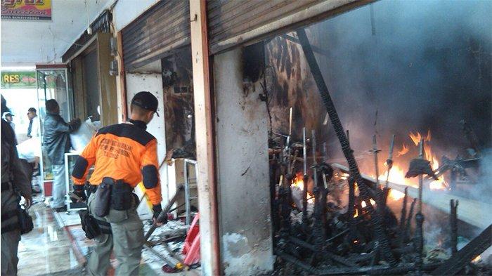 Pasar Atas Bukittinggi Terbakar, Khatab Pasrah Sebagian Dagangan Hangus, Istri Tak Henti Menangis