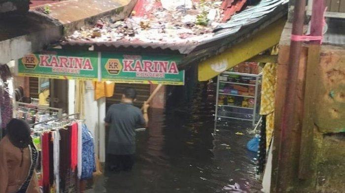 Pasar Aur Tajungkang, Kota Bukittinggi, Provinsi Sumatera Barat (Sumbar) mengalami banjir, pada Minggu (11/4/2021) sore.