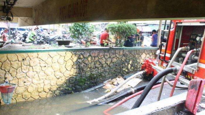 Pedagang Tak Bisa Jualan, Dua Unit Mobil Penyedot Air Diturunkan ke Lokasi Banjir di Pasar Bawah