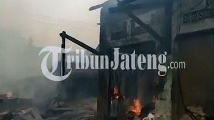 Pasar Srogo di Desa Sidorejo Kecamatan Brangsong Kabupaten Kendal terbakar, Senin (5/4/2021). Belasan kios ludes dilalap si jago merah.Diperkirakan api mulai berkobar sekitar pukul 12.30 WIB.
