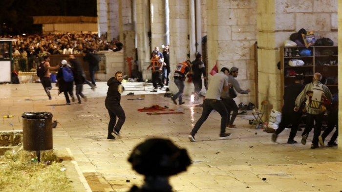 Pasukan keamanan Israel bentrok dengan pengunjuk rasa Palestina di kompleks masjid al-Aqsa di Yerusalem, pada 7 Mei 2021.