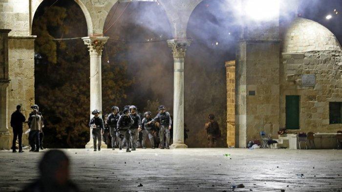 Polisi Isreal Membabi Buta Menyerang Muslim Palestina yang Sedang Sholat Tarawih di Masjid Al Aqsa