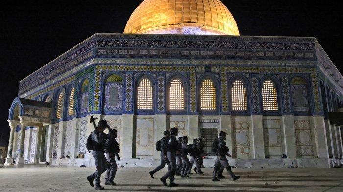 Pasukan keamanan Israel ditempatkan di sebelah masjid Kubah Batu di tengah bentrokan dengan pengunjuk rasa Palestina di kompleks masjid al-Aqsa di Yerusalem, pada 7 Mei 2021.