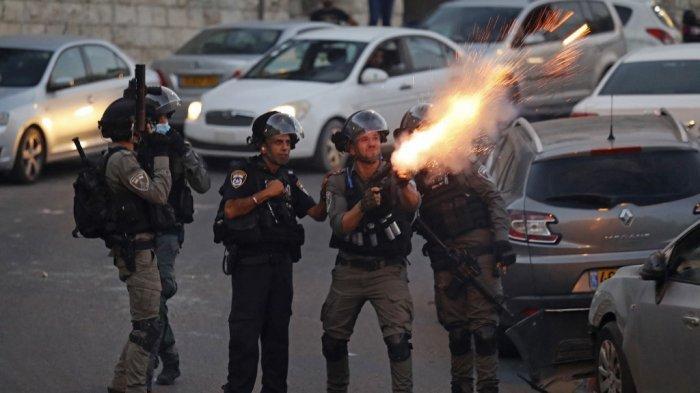 Pasukan keamanan Israel menembakkan gas air mata untuk membubarkan pengunjuk rasa Palestina di tengah bentrokan di lingkungan Silwan di Yerusalem timur yang dicaplok Israel pada 29 Juni 2021, menyusul protes atas rencana pengusiran keluarga Palestina oleh Israel dari rumah di sektor timur. Di Sheikh Jarrah dan lingkungan terdekat Silwan, lebih dari 100 keluarga Palestina menghadapi tuntutan hukum pada tahap yang berbeda, menurut kelompok anti-pemukiman Israel Ir Amim.