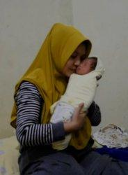 Ibu Maryuni Apriadi (33) menggendong bayi Asa Ayana Tsabitha. Nama bayi terinspirasi dari tagline satu paslon peserta Pilkada Kuansing 2020.