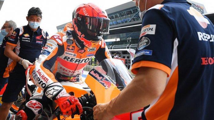 Pebalap Honda Spanyol Marc Marquez duduk di atas sepeda motornya selama sesi latihan bebas ketiga menjelang Grand Prix Sepeda Motor Austria di trek balap Red Bull Ring di Spielberg, Austria pada 14 Agustus 2021.
