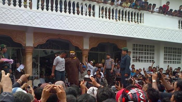 Ribuan Warga Aceh Saksikan Hukuman Cambuk 9 Pejudi