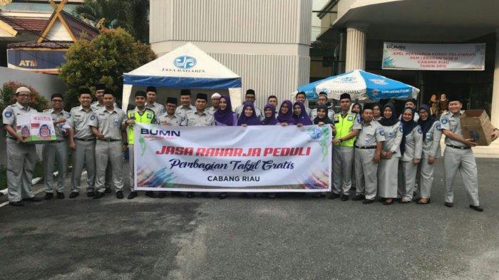 Jasa Raharja Riau Membagikan 200 Takjil untuk Pengendara