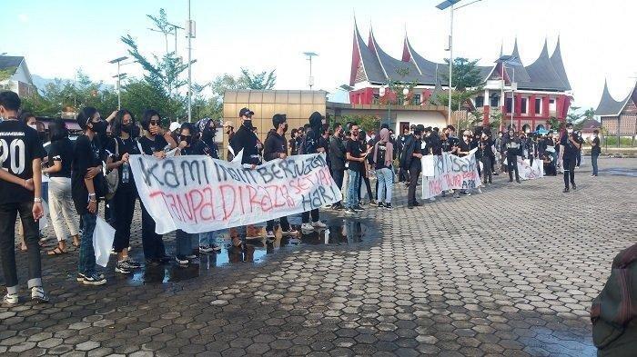 Bawa Bendera Putih dan Spanduk 'Sumbar Menolak Mati', Ratusan Orang Demo Tolak PPKM di Kota Padang