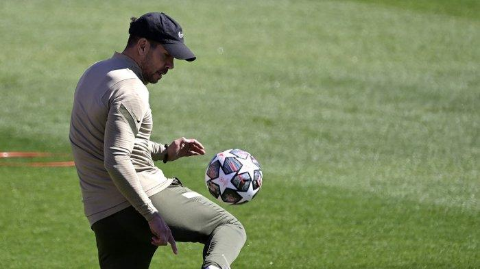 Pelatih Atletico Madrid Diego Simeone mengontrol bola selama sesi latihan di tempat latihan klub di Majadahonda pada 16 Maret 2021, menjelang pertandingan leg kedua babak 16 besar Liga Champions UEFA antara Atletico Madrid dan Chelsea.