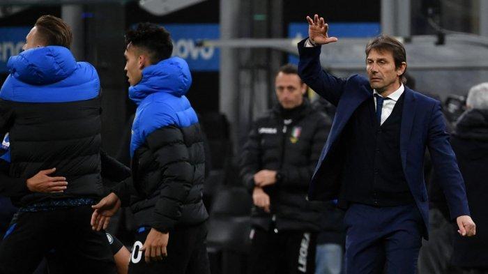 Pelatih Inter Milan Antonio Conte (kanan) bereaksi pada akhir pertandingan sepak bola Serie A Italia Inter Milan vs Sassuolo pada 7 April 2021 di stadion San Siro di Milan.