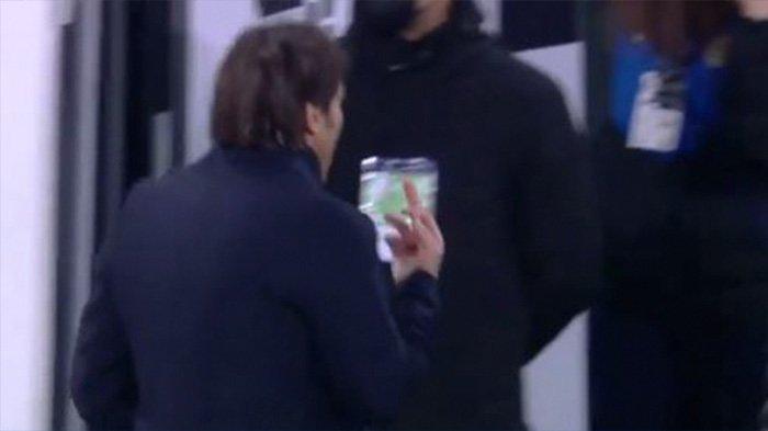 Pelatih Inter Milan, Antonio Conte mengacungkan Jari tengah dalam laga Juventus vs Inter Milan di Copa Italia.