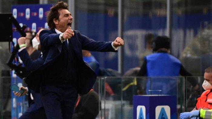 Pelatih Inter Milan Antonio Conte merayakan di akhir pertandingan sepak bola Serie A Italia Inter Milan vs Hellas Verona pada 25 April 2021 di stadion San Siro di Milan.