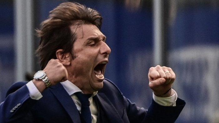 Pelatih Inter Milan Antonio Conte saat merayakan kemenangan dalam pertandingan sepak bola Serie A Italia Inter Milan vs Hellas Verona pada 25 April 2021 di stadion San Siro di Milan.