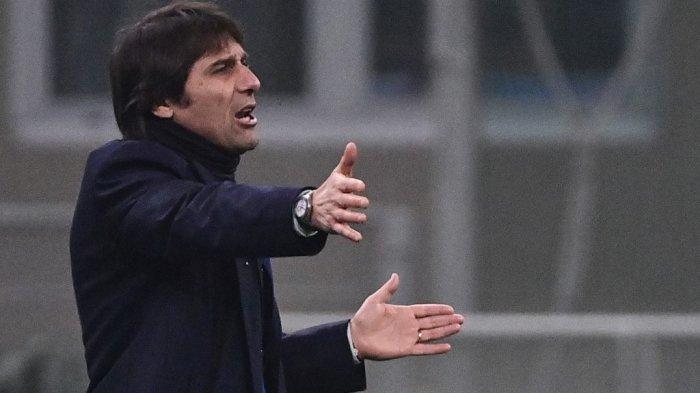 Pelatih Inter Milan asal Italia Antonio Conte bereaksi selama pertandingan sepak bola leg pertama semifinal Piala Italia antara Inter Milan dan Juventus Turin pada 2 Februari 2021 di stadion San Siro di Milan.