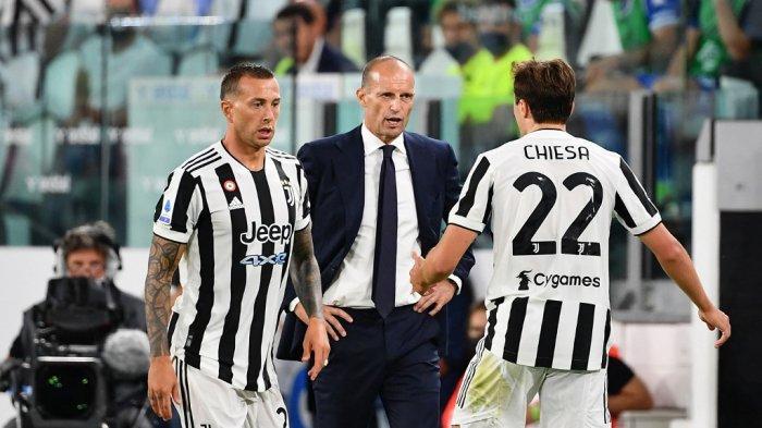 Pelatih Juventus Massimiliano Allegri (tengah) memberikan instruksi kepada pemain depan Juventus Italia Federico Chiesa (kanan) selama pertandingan sepak bola Serie A Italia Juventus vs Emboli di Stadion Allianz di Turin, pada 28 Agustus 2021.