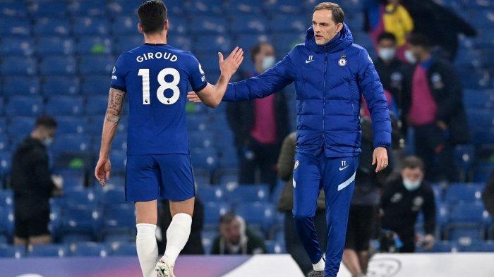 Pelatih kepala Chelsea Thomas Tuchel (kanan) memberi selamat kepada striker Chelsea asal Prancis Olivier Giroud setelah pertandingan sepak bola Liga Premier Inggris antara Chelsea dan Brighton dan Hove Albion di Stamford Bridge di London pada 20 April 2021.