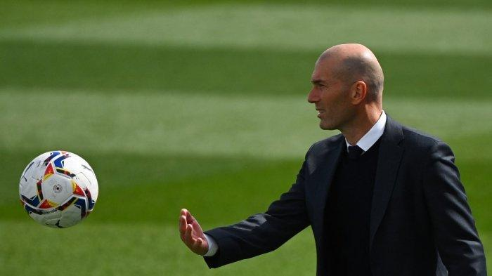 Pelatih Real Madrid Zinedine Zidane mengoper bola selama pertandingan sepak bola Liga Spanyol antara Real Madrid CF dan SD Eibar di stadion Alfredo di Stefano di Valdebebas di pinggiran Madrid pada 3 April 2021.