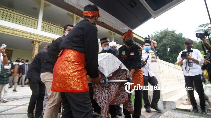 FOTO : Jenazah  Almarhum Datuk Seri Al Azhar Saat Dilepas di LAM Riau - pelepasan-jenazah-al-azhar1.jpg