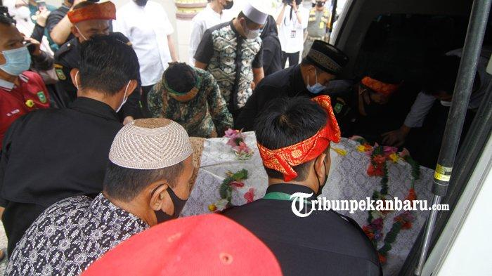 FOTO : Jenazah  Almarhum Datuk Seri Al Azhar Saat Dilepas di LAM Riau - pelepasan-jenazah-al-azhar2.jpg