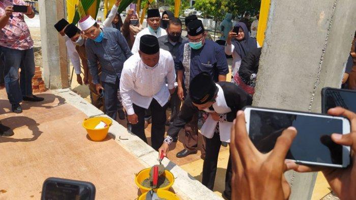 Ustadz Abdul Somad Meletakkan Batu Pertama Pembangunan Masjid di Lingkungan Kejari Kampar