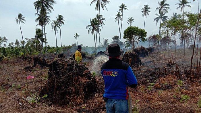 Personil gabungan rayon Kuala Kampar melakukan pemadaman api karhutla di Desa Sungai Solok Kecamatan Kuala Kampar, Senin (8/2/2021).
