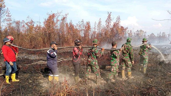 Foto: Upaya pemadaman dan pendinginan dilakukan petugas gabungan Karhutla Bengkalis.