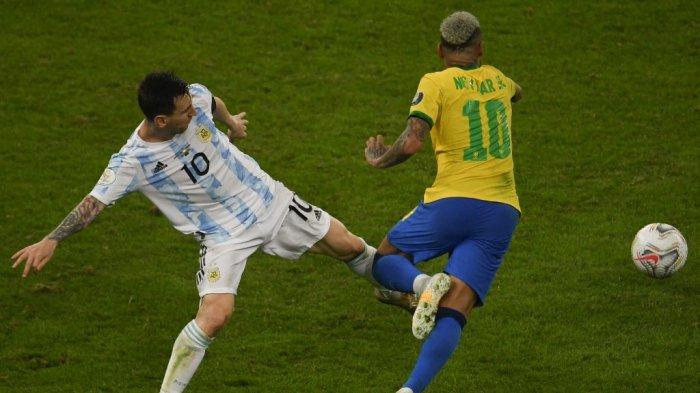 Pemain Argentina Lionel Messi (kiri) dan pemain Brasil Neymar berebut bola dalam pertandingan final turnamen sepak bola Copa America Conmebol 2021 di Stadion Maracana di Rio de Janeiro, Brasil, pada 10 Juli 2021.