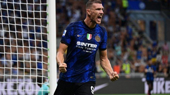 Pemain depan Inter Milan asal Bosnia Edin Dzeko merayakan setelah ia mencetak gol selama pertandingan sepak bola Serie A Italia Inter Milan vs Genoa di stadion San Siro di Milan, pada 21 Agustus 2021.