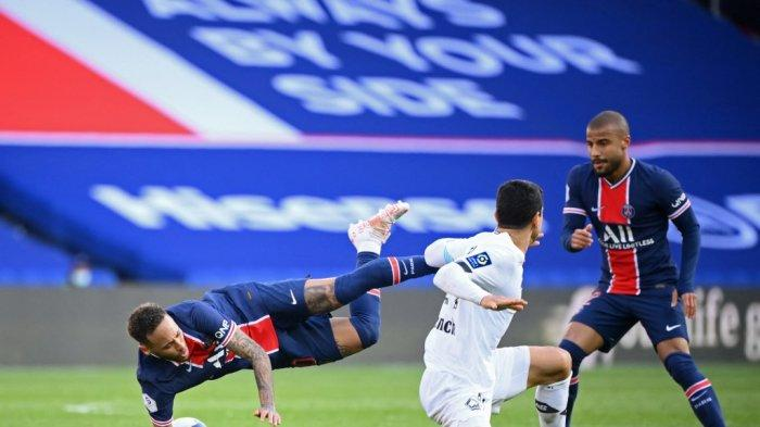 Pemain depan Paris Saint-Germain Neymar (kiri) dilanggar oleh pemain tengah Prancis Lille Benjamin Andre (C) di samping gelandang Paris Saint-Germain asal Brazil Rafinha (kanan) selama pertandingan sepak bola L1 Prancis antara Paris-Saint Germain (PSG) dan Lille (LOSC) ) di Stadion Parc des Princes di Paris, pada 3 April 2021.