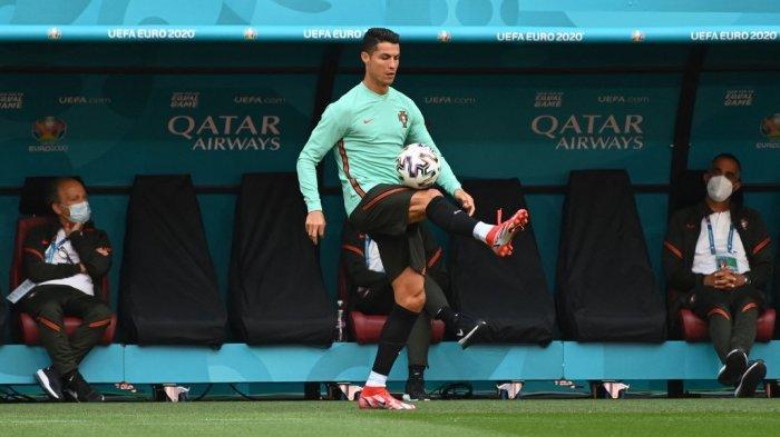 Pemain depan Portugal Cristiano Ronaldo melakukan juggling bola saat ia mengambil bagian dalam sesi latihan MD-1 mereka di Puskas Arena di Budapest pada 14 Juni 2021, menjelang pertandingan sepak bola Grup F UEFA EURO 2020 melawan Hongaria.