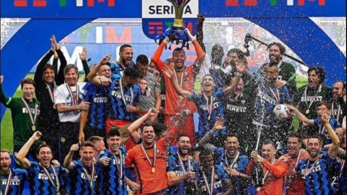 Pemain Inter Milan merayakan gelar juara Liga Italia di Stadion San Siro, pada Minggu (23/5/2021)
