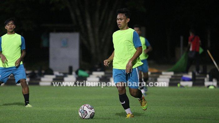 FOTO : Latihan KS Tiga Naga Jelang Derby Riau Lawan PSPS di Liga 2 2021 - pemain-ks-tiga-naga-latihan-di-palembang-jelang-derby.jpg