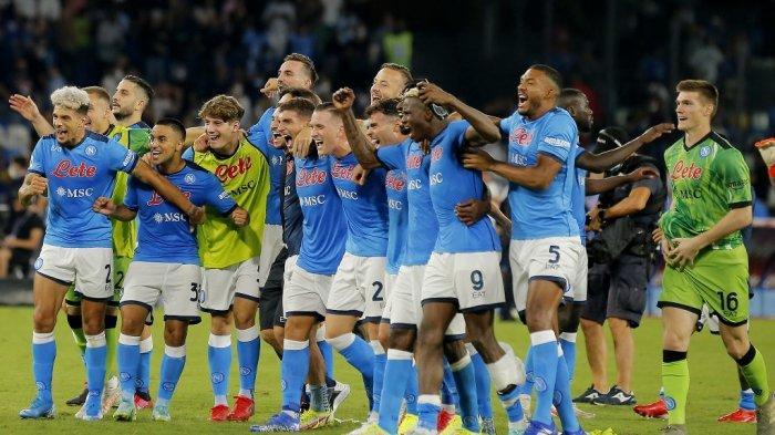 Pemain Napoli merayakan akhir pertandingan sepak bola Liga Italia Serie A antara Napoli dan Juventus di Stadion Maradona di Naples pada 11 September 2021.