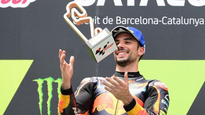 Pembalap KTM asal Portugal Miguel Oliveira merayakan di podium setelah memenangkan balapan MotoGP Moto Grand Prix de Catalunya di Circuit de Catalunya pada 6 Juni 2021 di Montmelo di pinggiran Barcelona.