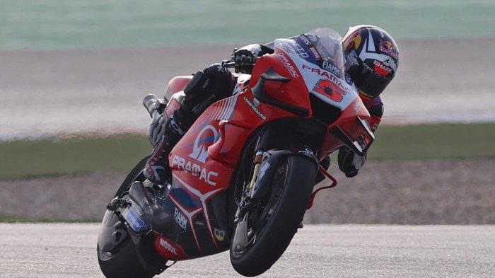 Pembalap Prancis Pramac Racing Johann Zarco berkendara selama sesi latihan bebas pertama jelang Grand Prix Moto GP Doha di Sirkuit Internasional Losail, di kota Lusail pada 2 April 2021.