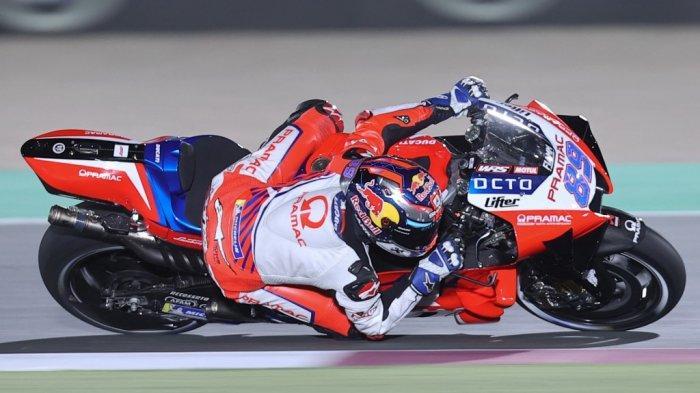 Pembalap Spanyol Pramac Racing, Jorge Martin, membalap selama sesi kualifikasi jelang Grand Prix Moto GP Doha di Sirkuit Internasional Losail, di kota Lusail pada 3 April 2021.