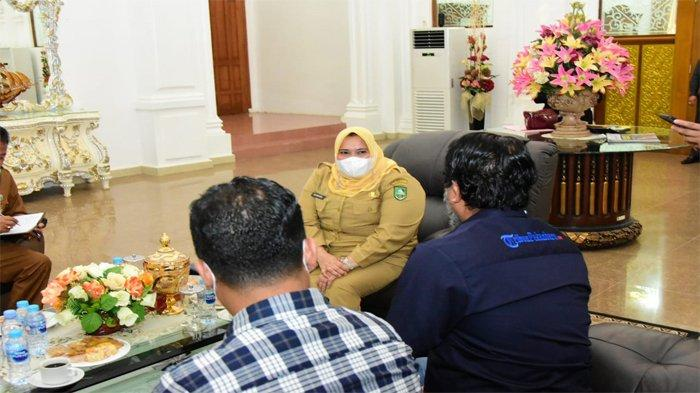 Bupati Bengkalis Kasmarni terlibat pembicaraan hangat dengan Pimred Tribun Pekanbaru, Syarief Dayan (baju biru) di rumah dinas, Selasa (23/3/2021)