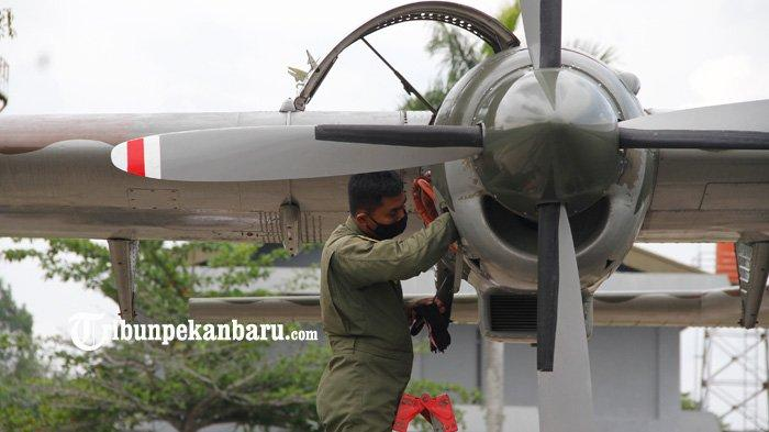 Petugas TNI AU memeriksa pesawat Cassa C-212 seri 200 yang akan dioperasikan untuk keperluan Teknologi Modifikasi Cuaca (TMC) di Lanud Roesmin Nurjadin Pekanbaru, Selasa (9/3/2021).