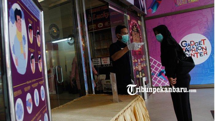 FOTO : Pemeriksaan Suhu Tubuh Pengunjung Mal di Pekanbaru - pemeriksaan-suhu-tubuh-pengunjung-mal-pekanbaru-1.jpg