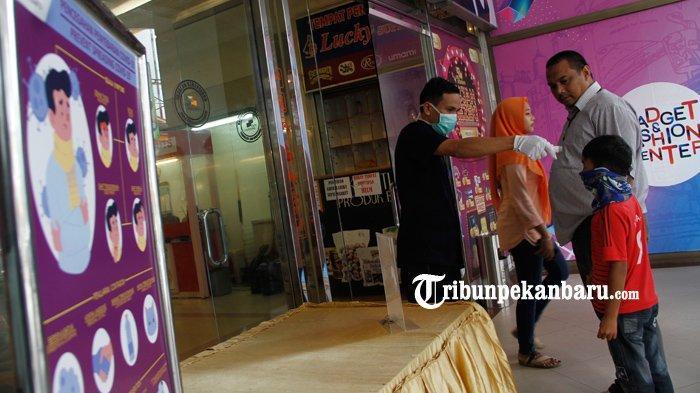 FOTO : Pemeriksaan Suhu Tubuh Pengunjung Mal di Pekanbaru - pemeriksaan-suhu-tubuh-pengunjung-mal-pekanbaru.jpg
