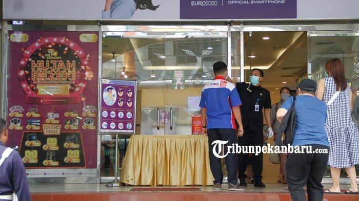 FOTO : Pemeriksaan Suhu Tubuh Pengunjung Mal di Pekanbaru - pemeriksaan-suhu-tubuh-pengunjung-mal.jpg