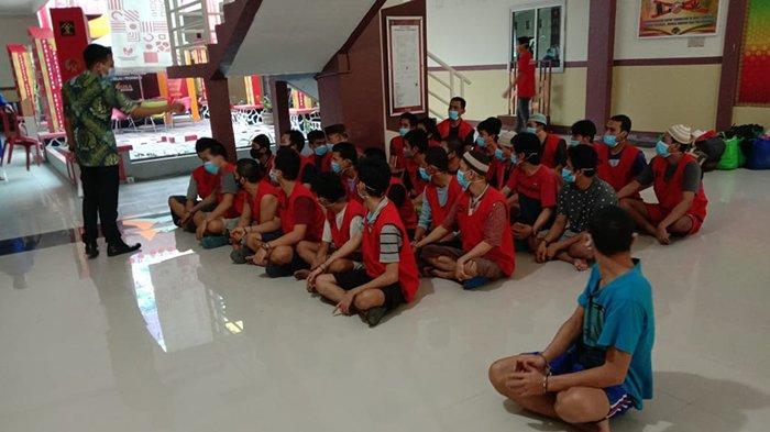 Kejari Pelalawan memindahkan 40 tahanan yang didominasi napi narkotika ke Rumah Tahanan Negara (Rutan) Sialang Bungkuk Kota Pekanbaru pada Jumat (19/2/2021) lalu.