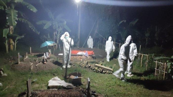 Pemulasaraan jenazah yang meninggal di dalam rumah di Wilayah Kecamatan Balongan, Kabupaten Indramayu, Jumat (16/7/2021).
