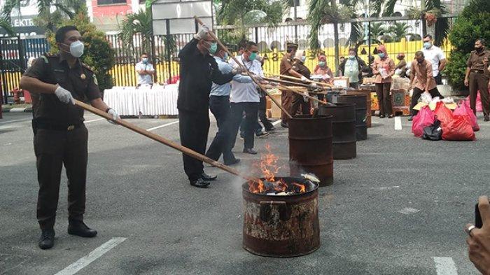 Rokok Dibakar di Tong,Kalau Mesin Dingdong Diapain Ya? Pemusnahan Bukti Perkara Kejari Pekanbaru