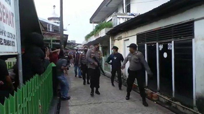Detik-detik operasi penangkapan pengedar narkoba oleh Satuan Reserse Narkoba Polresta Pekanbaru, Kamis (5/11/2020), yang mendapatkan perlawanan dari warga.
