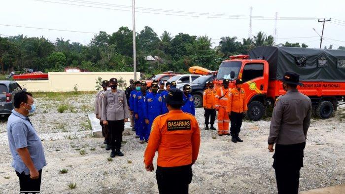 Tim gabungan dari berbagai instansi melakukan pencarian terhadap korban warga Pekanbaru yang tenggelam di Sungai Kampar Kecamatan Bunut Kabupaten Pelalawan, Minggu (28/03/2021).