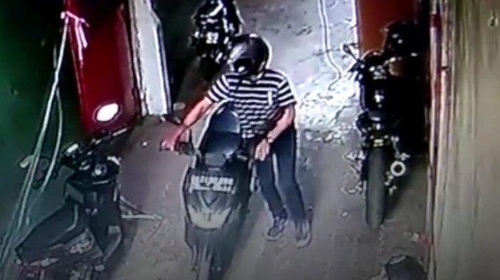 Pencurian sepeda motor terekam kamera CCTV di parkiran toko elektronik di Jalan Glugur, Kecamatan Medan Petisah, Jumat (7/10/2021).